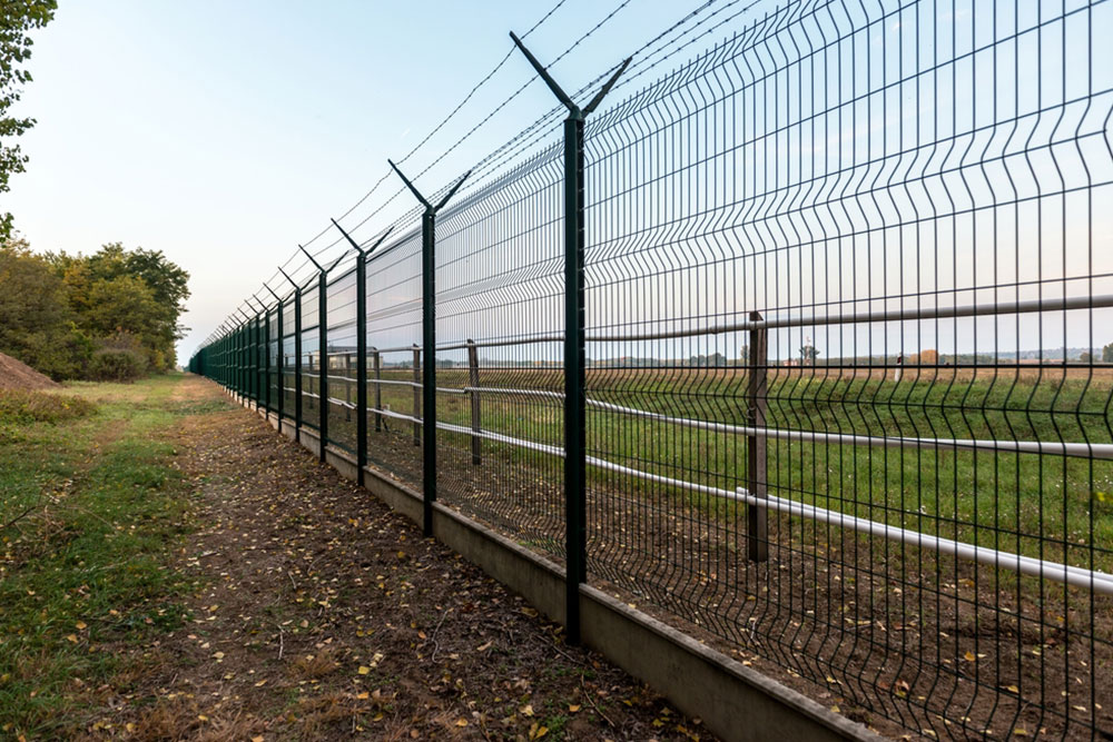 Metal mesh security fence